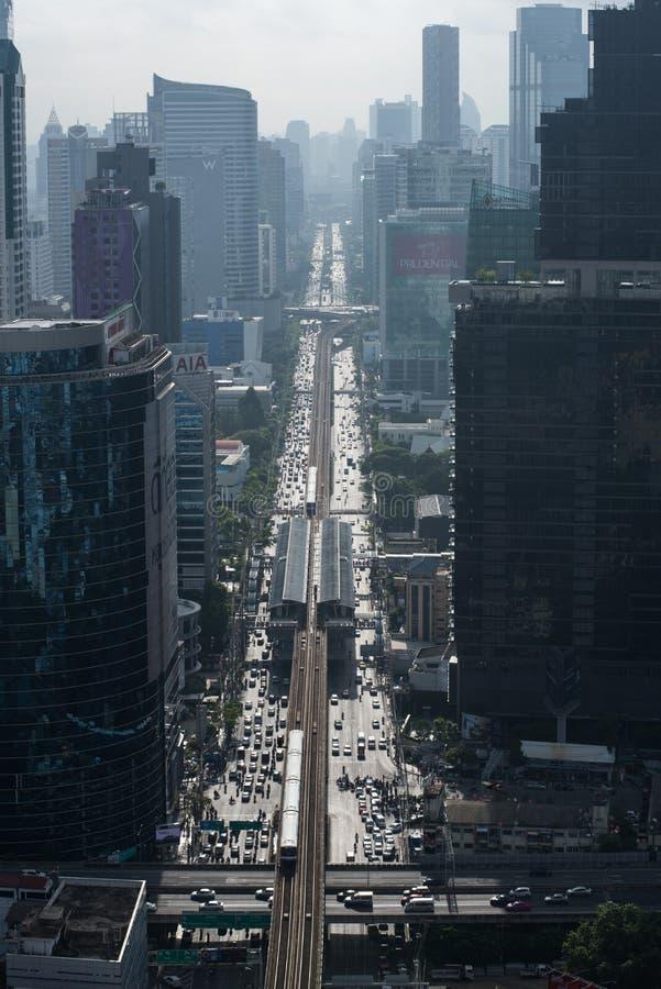 БАНГКОК, 1-ОЕ ИЮНЯ 2017: Движение во время часа пик на Sathron r стоковые фотографии rf