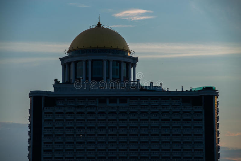 БАНГКОК, 31-ОЕ МАЯ 2017: Взгляд утра ресторана сирокко на крыше башни положения в Бангкоке, Таиланде стоковые изображения