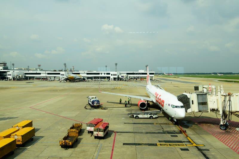 БАНГКОК - ОКТЯБРЬ, 8,2018: ` ` DONMUENG тайский международный аэропорт где самолеты много авиакомпаний будучи подготавливанным дл стоковая фотография rf