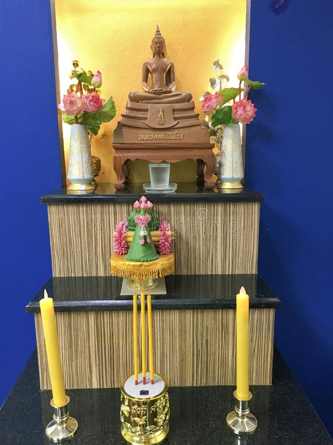 Бангкок, Таиланд 25,2018 -го июнь для того чтобы помолить к Будде статую Будды стоковые фото