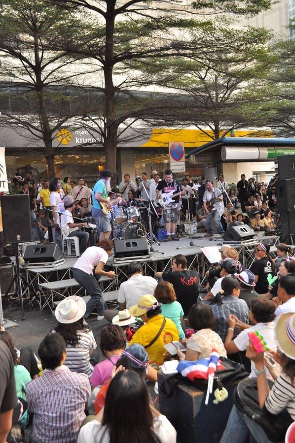 Бангкок/Таиланд - 01 13 2014: Желтые рубашки преграждают части Бангкока как часть деятельности ` Бангкока выключения ` стоковое изображение