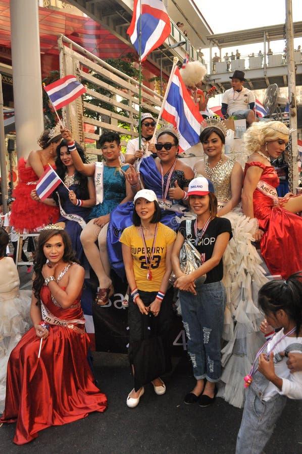 Бангкок/Таиланд - 01 13 2014: Желтые рубашки преграждают части Бангкока как часть деятельности ` Бангкока выключения ` стоковое фото