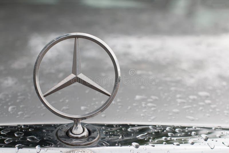 БАНГКОК, ТАИЛАНД, МАЙ 2018: Конец логотипа Benz Мерседес вверх на гриле автомобиля в утре после дождя Эта стойка логотипа на стар стоковые фотографии rf