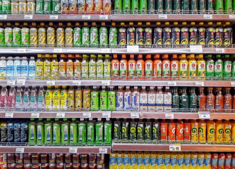 БАНГКОК, ТАИЛАНД - 4-ОЕ АВГУСТА: Супермаркет Foodland полно запасает различные вкусы разлитого по бутылкам чая на полках в Виктор стоковое изображение rf
