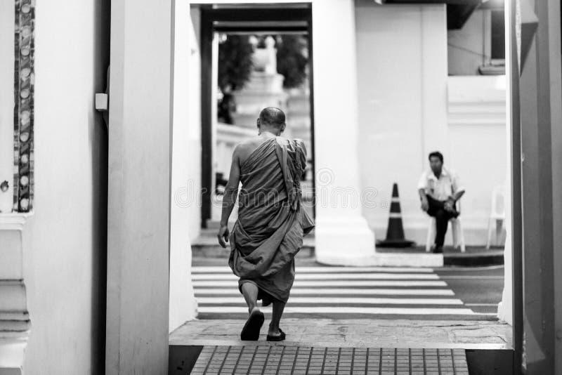БАНГКОК, ТАИЛАНД - 6-ОЕ АПРЕЛЯ 2018: Большой дворец - день Chakri - украшенный в золоте и яркие цвета куда buddists идут стоковое фото