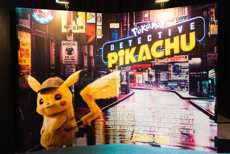 Бангкок, Таиланд - 25-ое апреля 2019: Дисплей фона фильма анимации Pikachu сыщика Pokemon в кинотеатре стоковое изображение