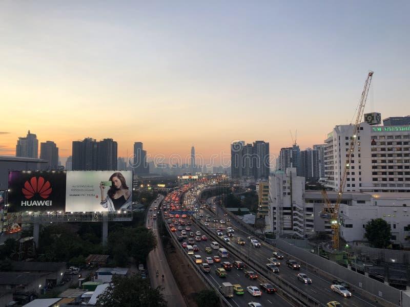 БАНГКОК, ТАИЛАНД - 22-ое декабря 2017: Городской пейзаж; пропуская ситуация движения на пути Sirat срочном во времени сумерек Сни стоковое фото