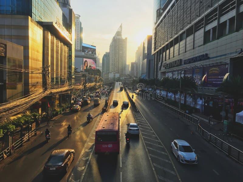 Бангкок, Таиланд - 26-ое декабря 2018: Много автомобилей, автобус и мотоциклы причиняют заторы движения на дороге Phetchaburi име стоковое изображение rf