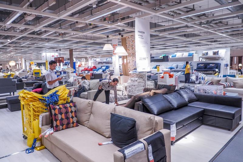 БАНГКОК, ТАИЛАНД - 25-ОЕ ДЕКАБРЯ 2016: Разнообразие мебели на продаже в магазине Cheras IKEA IKEA мебель мира самая большая стоковые изображения