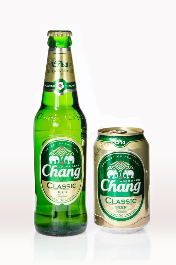 Бангкок, ТАИЛАНД - 16-ое декабря 2015: Чонсервные банкы chang пива на белой предпосылке произвели Таиланда стоковые изображения rf