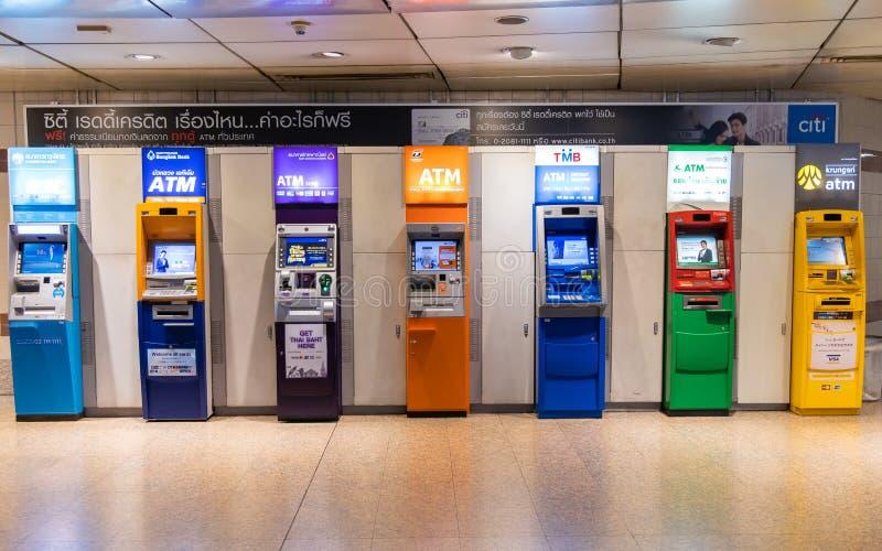 Бангкок, Таиланд - 6-ое июля 2019: Банковский автомат ATM в станции метро в Бангкоке, Таиланде стоковое изображение rf