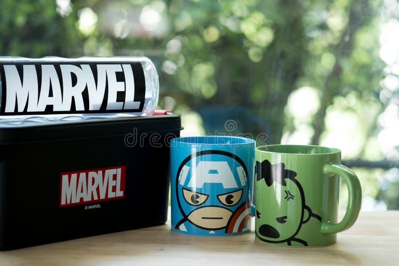 Бангкок, Таиланд - 6-ое июля 2019: Чашка керамическая мстителей в магазине Miniso, продуктов мстителей продает в Таиланде на 6-ое стоковые фотографии rf