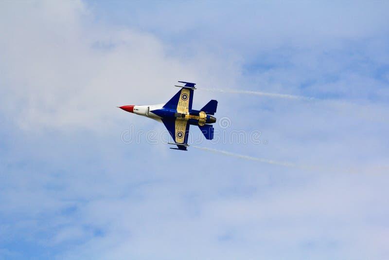 БАНГКОК, ТАИЛАНД - 2-ОЕ ИЮЛЯ: F-16 королевского тайского фестиваля выставки военновоздушной силы стоковая фотография rf