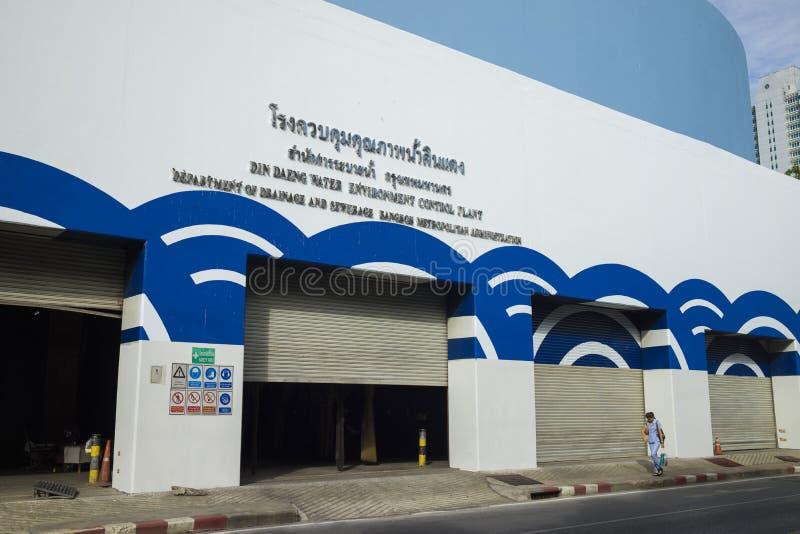 Бангкок, Таиланд - 29-ое июня 2015: Внешнее вид спереди завода управлением окружающей среды воды Daeng Din Женщина идя заводом стоковое фото rf