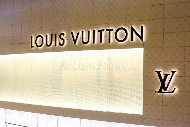 Бангкок, Таиланд - 2-ое июня 2019: Логотип ЛУИС VUITTION или LV на бренде магазина розничной торговли на EMPORIUM Nighttime стоковое изображение rf