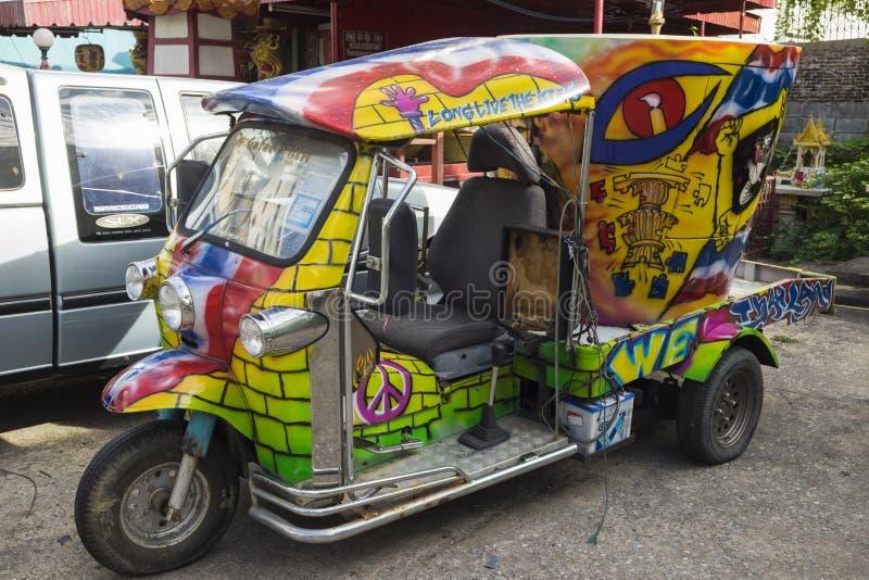 Бангкок, Таиланд - 29-ое июня 2015: Самокат автомобиля Tuk Tuk Таиланда граффити стоковое изображение