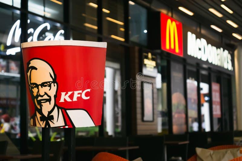 БАНГКОК, ТАИЛАНД 16-ое марта 2019: Логотип KFC рядом магазин McDonald в Бангкоке, ТАИЛАНДЕ стоковые изображения