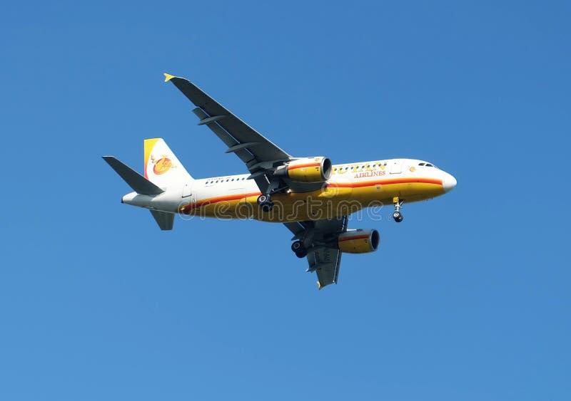 Бангкок, Таиланд - 4-ое марта 2018: Пассажирский самолет аэробуса A319 авиакомпаний Бутана принимает от авиапорта Suvarnabhumi стоковые изображения