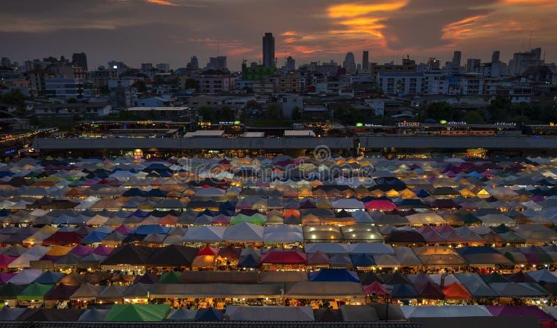 БАНГКОК, ТАИЛАНД - 21-ОЕ МАЯ 2019: Взгляд ночи рынка Ratchada ночи поезда стоковая фотография