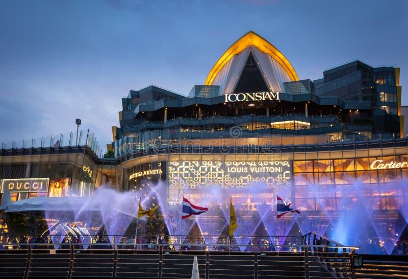 Бангкок, Таиланд 8-ое мая 2019: Иконические мультимедиа мочат особенности с шоу в Iconsiam, самым длинным танцем фонтана танцев в стоковые фото