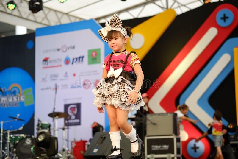 БАНГКОК, ТАИЛАНД - 8-ОЕ МАЯ: Прогулки модели детей взлётно-посадочная дорожка на тайском стоковое фото rf