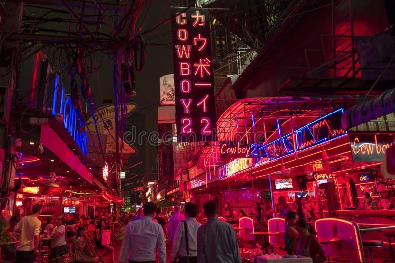БАНГКОК, ТАИЛАНД - 22-ОЕ МАЯ 2019: Район красного света ковбоя Soi в Бангкоке стоковая фотография