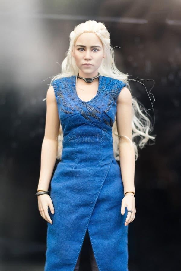 Бангкок, Таиланд - 6-ое мая 2017: Характер игрушек Daenerys Targaryen моделирует или мать дракона в игре серии тронов дальше стоковые изображения rf