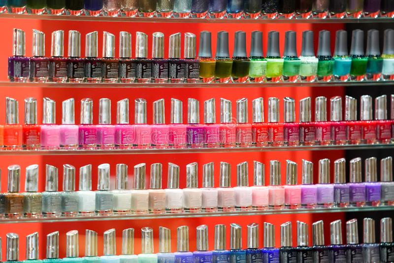 Бангкок, Таиланд - 22-ое ноября 2017: Красочный полировщик ногтя аранжирован на стеклянной полке в магазине полировщика ногтя на  стоковые фото