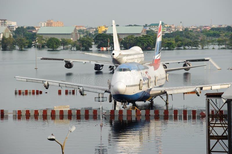 Бангкок, Таиланд - 9-ое ноября 2011: Самолеты тонут в воде на международном аэропорте Дон Muang во время массивнейшего потока стоковые изображения