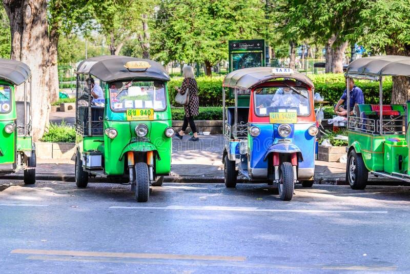 БАНГКОК, ТАИЛАНД - 25-ое ноября 2015: Такси предпринимателя Unidentify голубое, такси Бангкока традиционное вызвало Tuk Tuk стоковое изображение