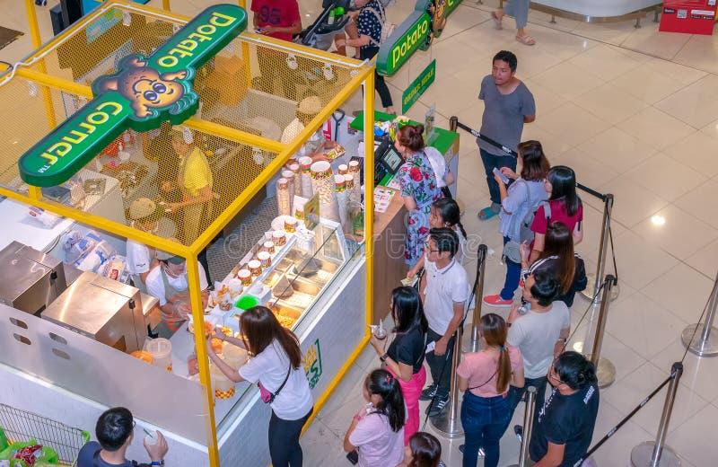 БАНГКОК, ТАИЛАНД - 25-ОЕ НОЯБРЯ: Угол картошки служит французский картофель фри приправленный с различным приправленным порошком стоковые фото