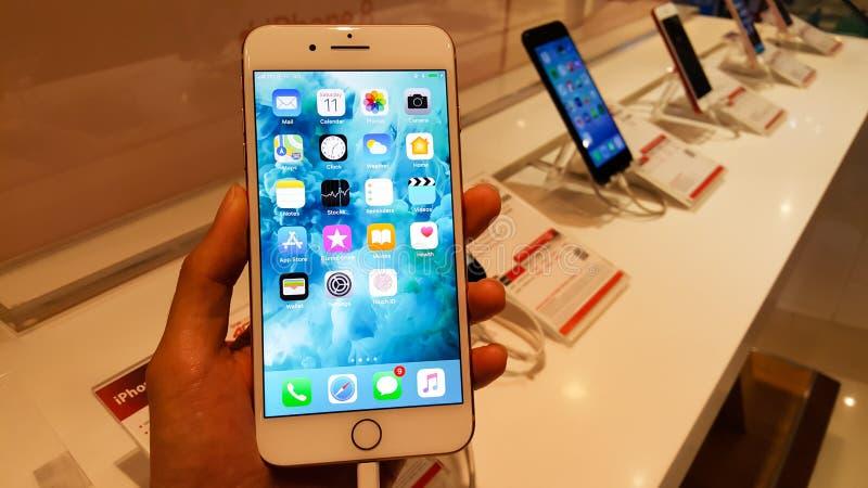 БАНГКОК, ТАИЛАНД - 11-ОЕ НОЯБРЯ 2017: iPhone 8 добавочное показывает стоковые изображения rf