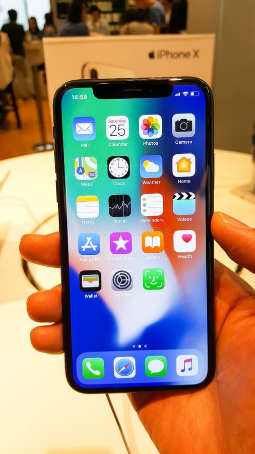 БАНГКОК, ТАИЛАНД - 25-ОЕ НОЯБРЯ 2017: iPhone x показывает на был стоковое фото rf