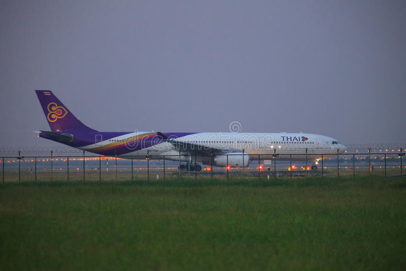 БАНГКОК ТАИЛАНД 21-ОЕ НОЯБРЯ: Thai Airways плоское подготавливает для того чтобы принять стоковое фото rf