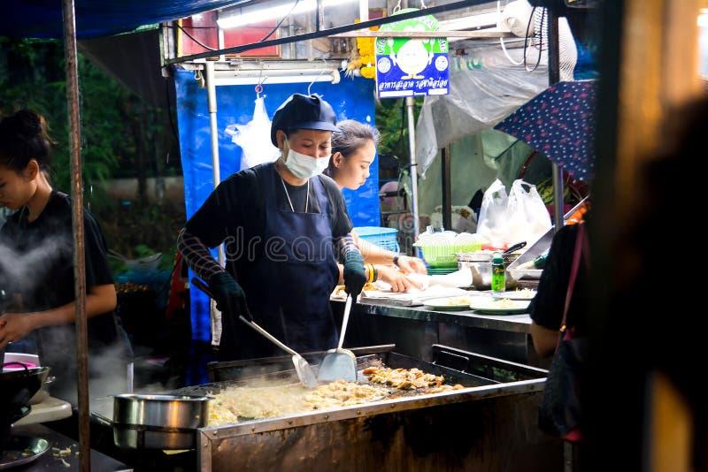Бангкок, Таиланд - 26-ое октября 2016: Женщина подготавливая Тайскую кухню в продовольственном рынке в Бангкоке стоковая фотография rf