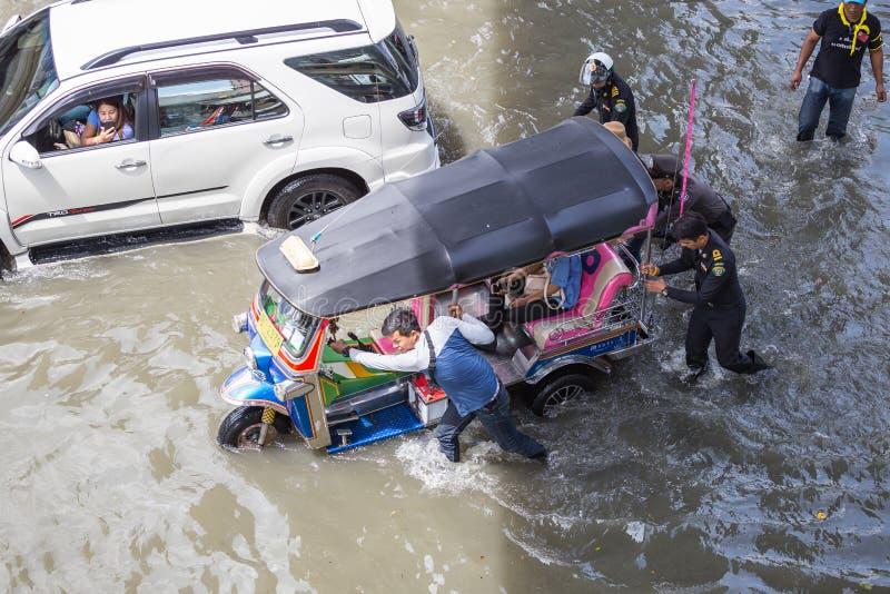 БАНГКОК, ТАИЛАНД - 14-ОЕ ОКТЯБРЯ: Затоплять в районе Daeng Din стоковая фотография