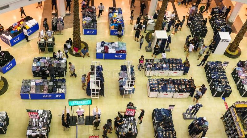 БАНГКОК, ТАИЛАНД - 29-ОЕ ОКТЯБРЯ: Мол Bangkhae хозяйничает одежда стоковое изображение rf