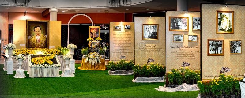 БАНГКОК, ТАИЛАНД - 15-ОЕ ОКТЯБРЯ: Салют знака короля Bhumibol Adu стоковые изображения rf