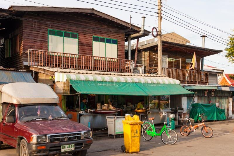 БАНГКОК, ТАИЛАНД - 15-ОЕ СЕНТЯБРЯ: Местный ресторан продавая nood стоковая фотография rf