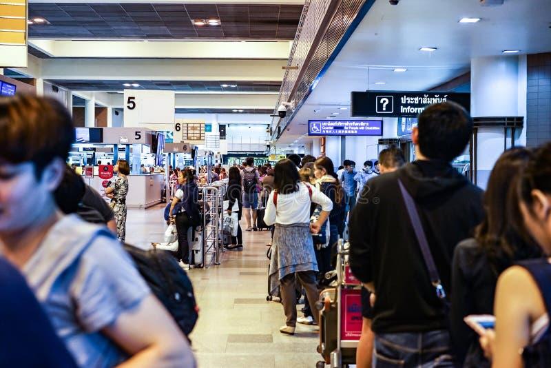 Бангкок, ТАИЛАНД - 30-ое сентября 2017: Путешественники & пассажир в линии ждут проверку внутри на международном аэропорте Donmua стоковая фотография