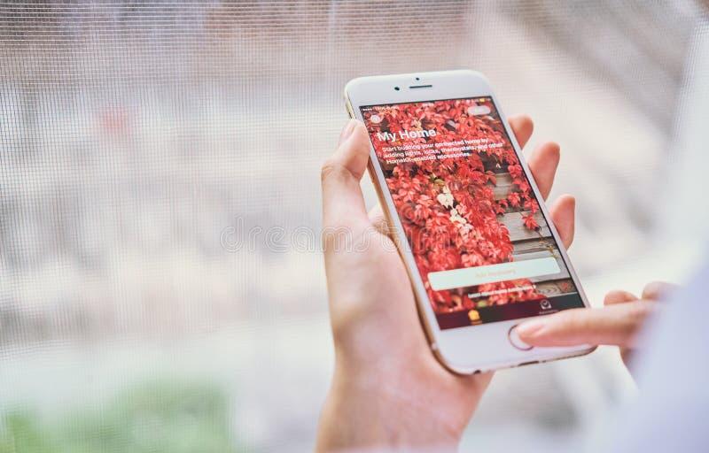 Бангкок, Таиланд - 6-ое сентября 2017: рука отжимает мой дом app для Iphone на ios 10 Новый дом app позволяет вам повернуть дальш стоковые изображения