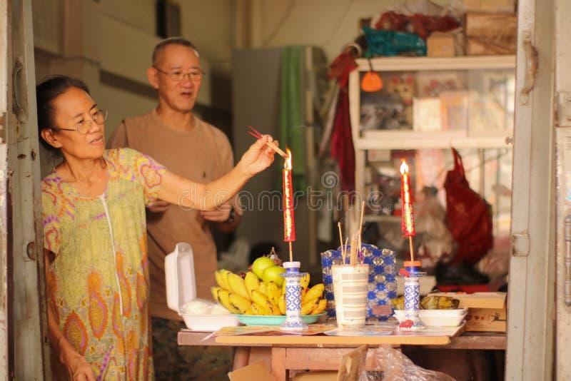 Бангкок, Таиланд - 4-ое февраля 2019: Азиатские люди поклоняются предшественники в китайском фестивале Нового Года стоковое фото