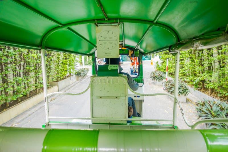 БАНГКОК, ТАИЛАНД, 8-ОЕ ФЕВРАЛЯ 2018: Крытый взгляд Tuktuk двигая вдоль улицы в Бангкоке, Таиланде Такое мотоцилк стоковое фото