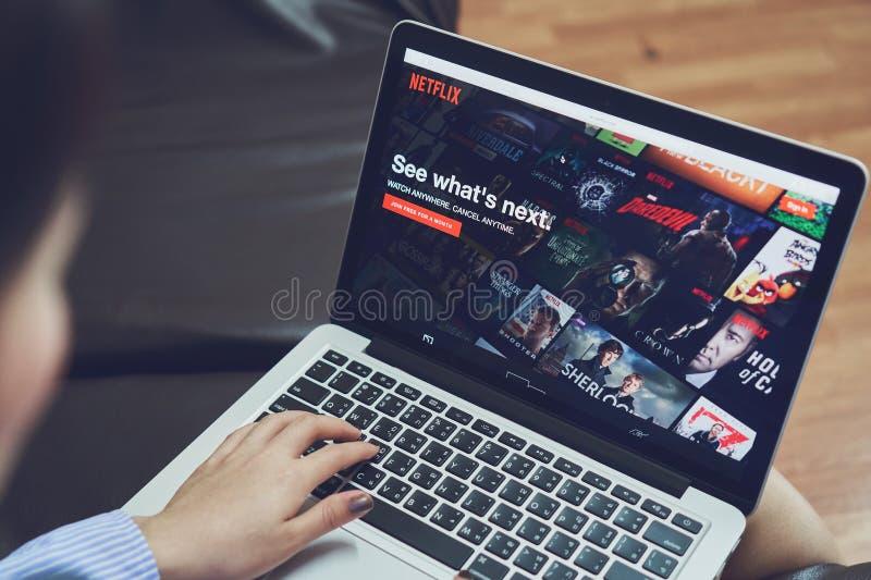 Бангкок, Таиланд - 9-ое января 2018: Netflix app на экране компьтер-книжки Netflix международная ведущая подписка стоковые изображения