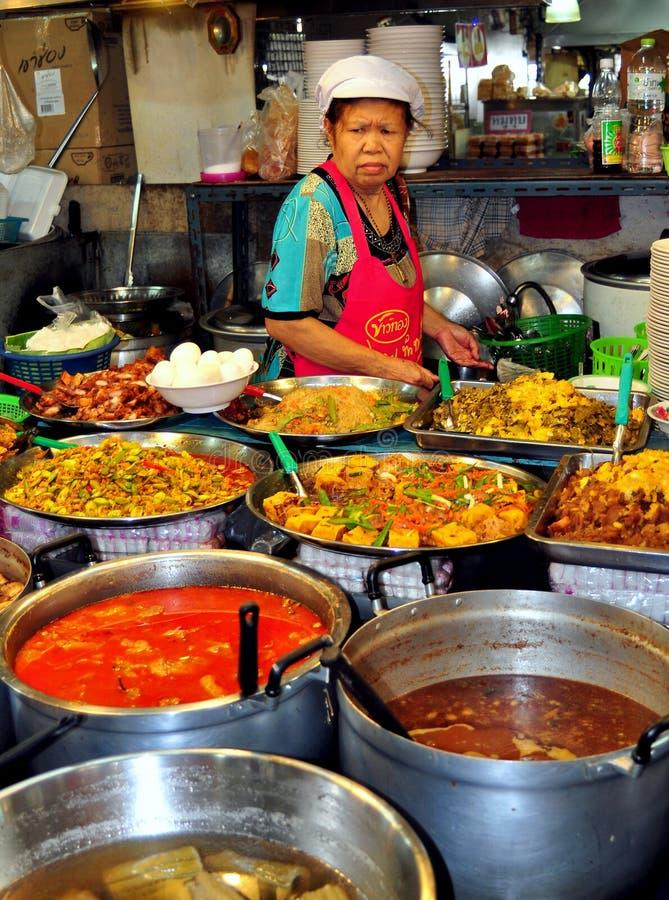 Бангкок, Таиланд: Поставщик еды на рынке стоковые фото