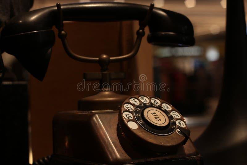 Бангкок Таиланд сентябрь 2018: Первоначальные античные 1930's телефона меди KTAS с приемником бакелита сделанным в Дании старое в стоковые фотографии rf