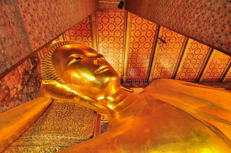 Бангкок, Таиланд, 11:03 AM Возлежа статуя Будды в стоковые фото