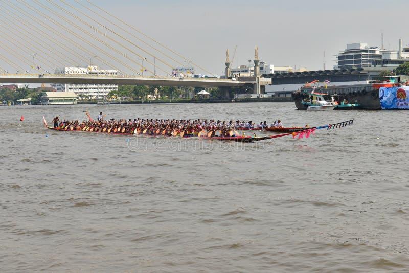 Бангкок, Таиланд 20-ое декабря 2015: Скорость 2 команд шлюпки полностью стоковое фото