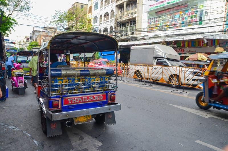 Бангкок, Таиланд - 14-ое июня 2013: Tuk Tuk, тайское традиционное такси стоковое изображение rf