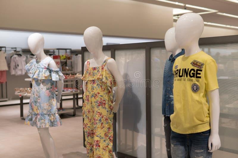 Бангкок, Таиланд - 29-ое июля 2017: Внутри дорогого магазина одежды ` s детей Одежды детей кукольного театра ` s детей стоковое фото rf